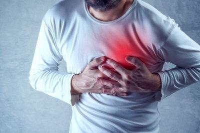 Jeune homme faisant une crise cardiaque