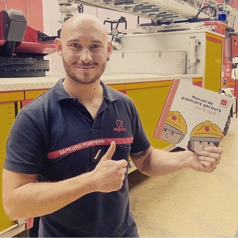 Valentine Gaci pompier avec livre pour enfant