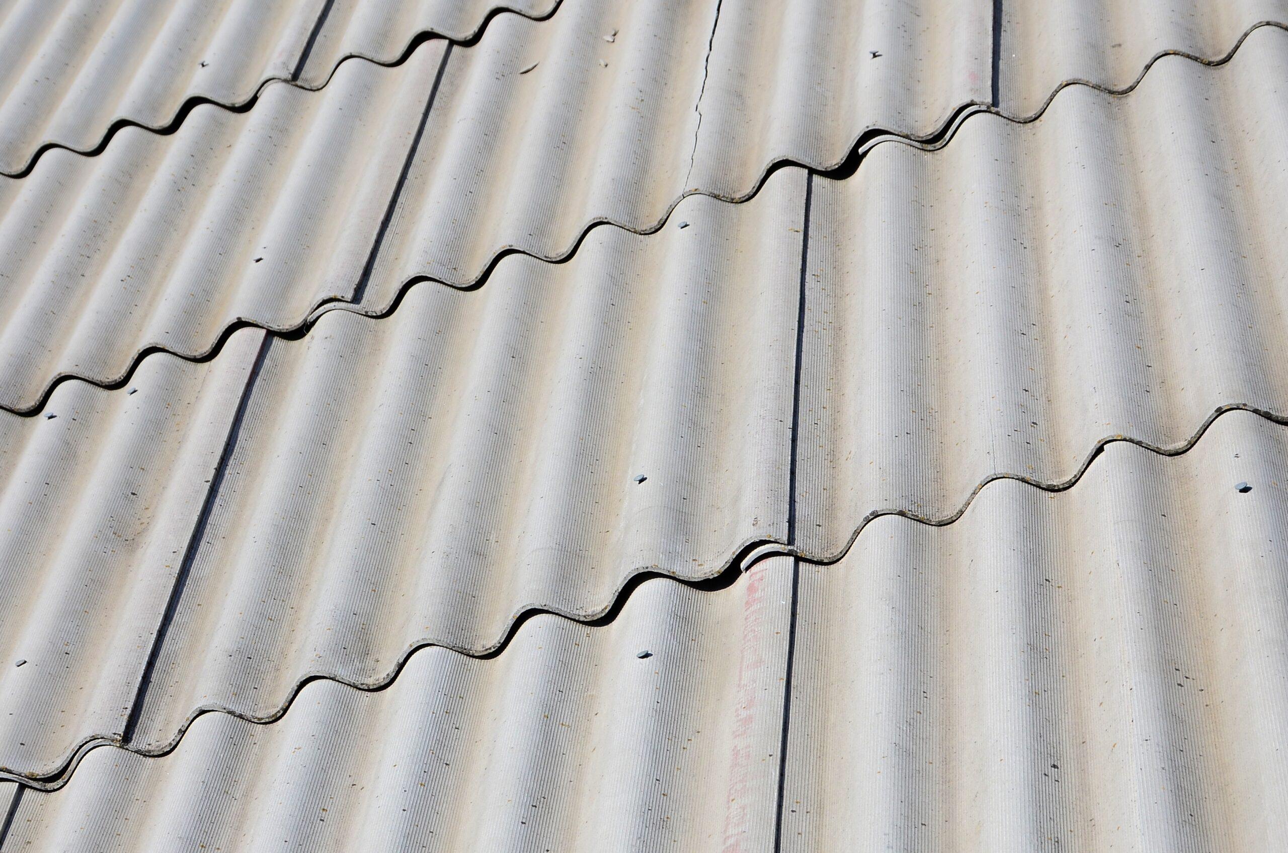 Tuile de fibro-ciment sur une toiture