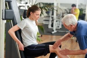 Jeune femme soufrant de TMS au genou en rééducation